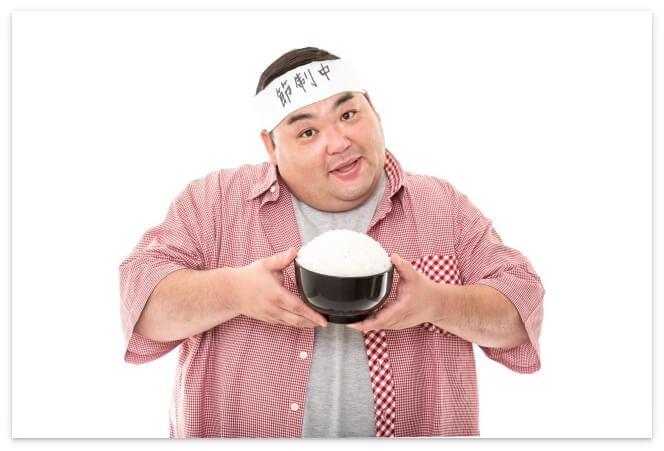 食事を節制中の太っている人