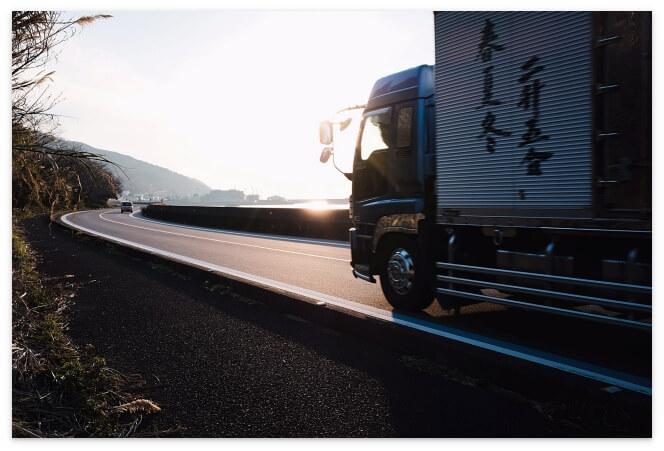 国道を走る大型トラック