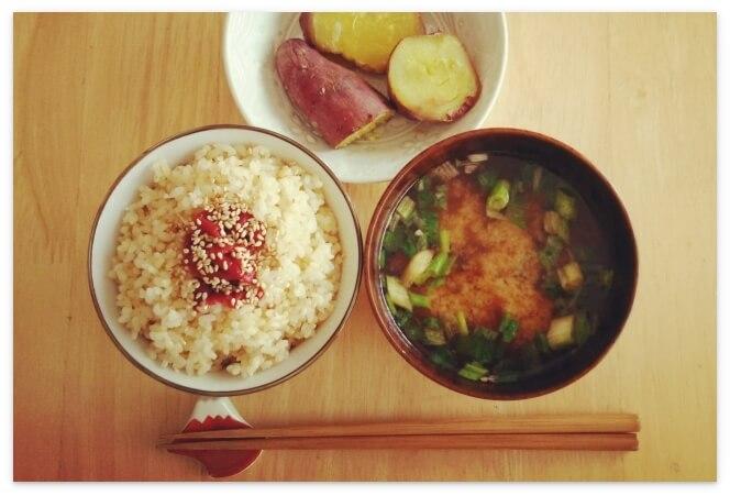 お味噌汁と玄米の朝食