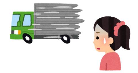 暴走するトラックを不安な顔で見る女性